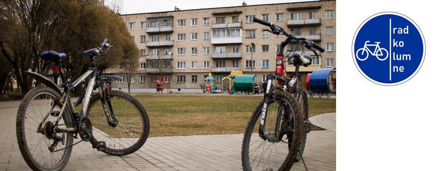 Fahrräder vor Wohnblock in Russland