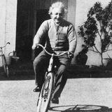 Albert Einstein auf dem Fahrrad