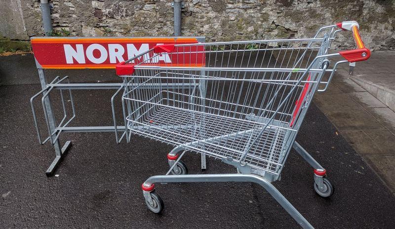 Einkaufswagen parkt an Fahrradständer