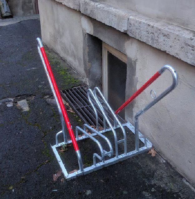 Fahrradständer im Hinterhof