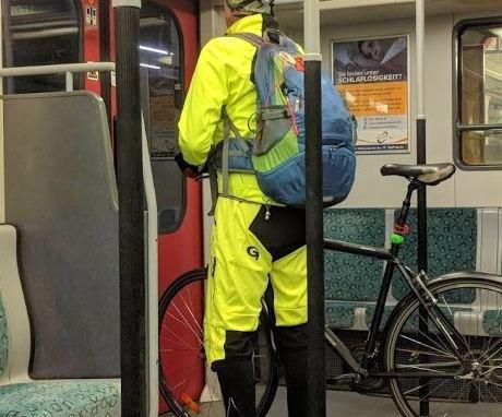 Radfahrer in Reflektor-Kleidung