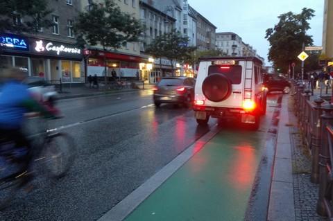 Zugeparkter Fahrradstreifen Berlin Neukölln.
